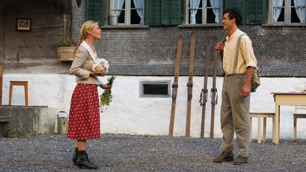 Elsi (Mona Petri) und Häsel (Luzius Engel): Zwei unglücklich Verliebte im Stück «Vehsturz»