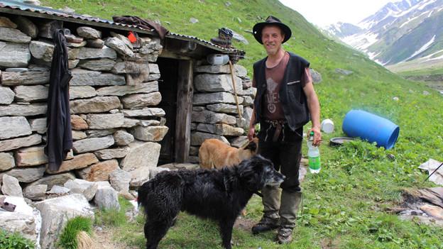 Der Thurgauer Schafhirt Samuel Sutter vor seiner Hirtenbehausung auf der Alp Rappental oberhalb von Ernen im Goms.