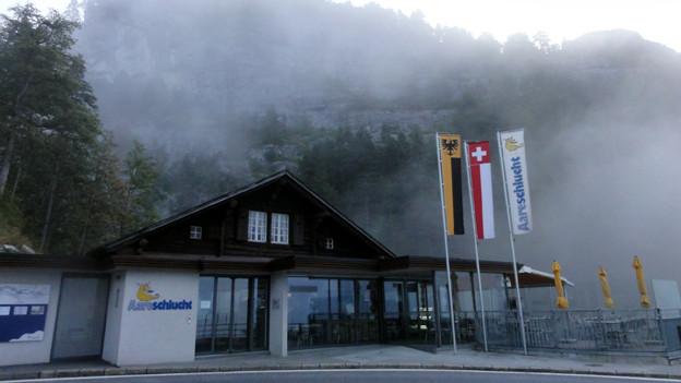 Der Osteingang der Aareschlucht im Morgennebel.