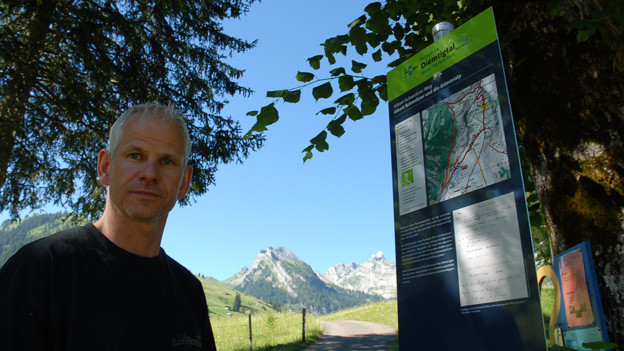 Bruno Reber, Geschäftsführer von Diemtigtal Tourismus, erklärt den Themenweg.