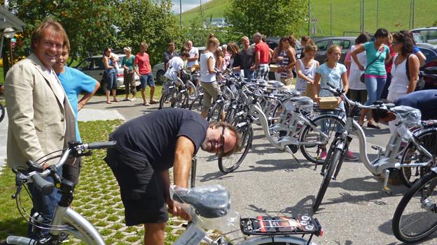 Schulleiter Thomas Rüegsegger (links) und Heinrich Gartentor freuen sich über die neuen E-Bikes.