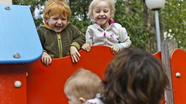 Kinder spielen auf einem öffentlichen Spielplatz.