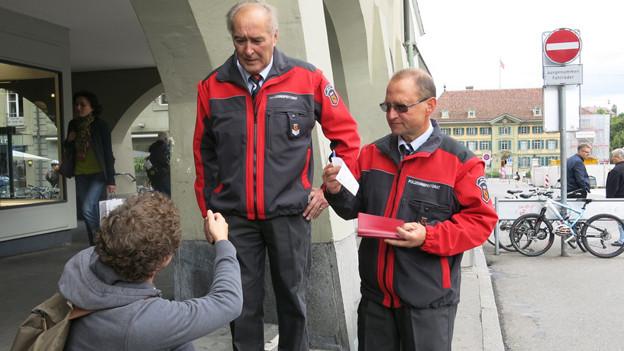 Gewerbepolizisten büssen Abfallsünder in der Stadt Bern.