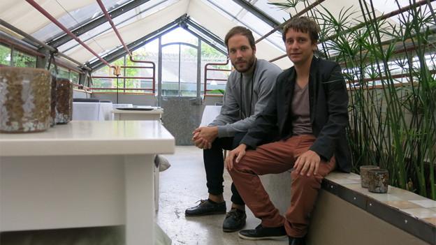 Gastgeber Mario Caretti (rechts) und Küchenchef Simon Apothéloz posieren in ihrer etwas unkonventionellen Gaststube.