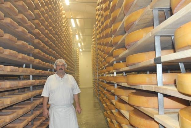 Rudolf Beutler produziert nicht nur Emmentaler, sondern auch viele besondere Käsesorten.