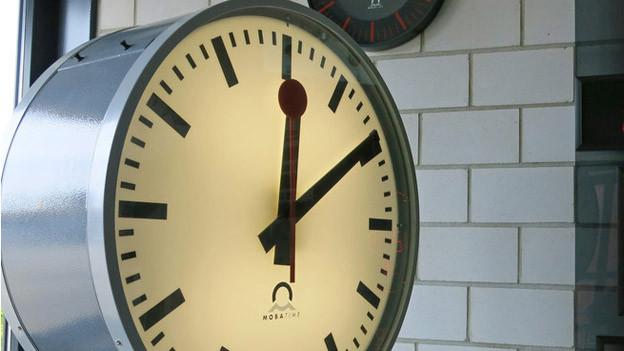 Die Bahnhofsuhr aus Sumiswald mit der roten Kelle als Sekundenzeiger