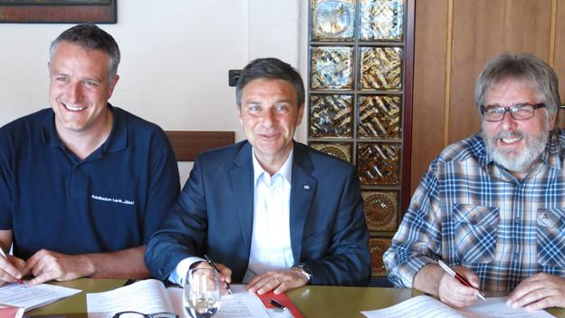 Vertreter von Bergbahnen und SEV unterzeichnen den GAV.