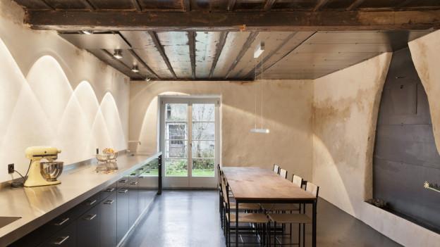 Denkmalpflege: Alt und Neu stehen sich in der Küche eines Bauernhauses in Cortébert gegenüber.