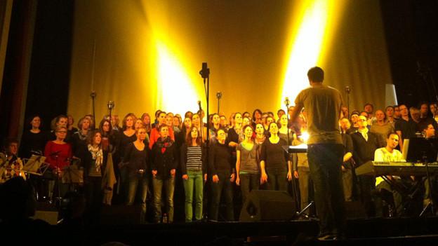 Rund 100 Sängerinnen und Sänger machen mit.