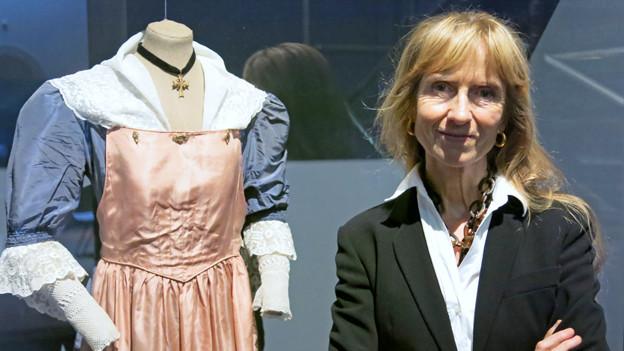 Museumsleiterin Verena Villiger in der Ausstellung «Dresscode»
