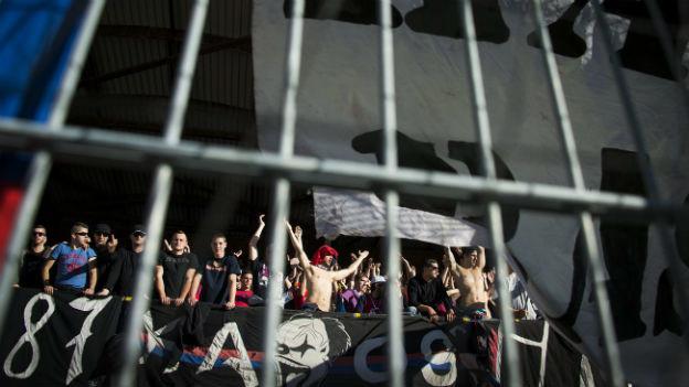 Fans des FC Sion hinter einer Absperrung.
