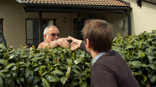 Ein Treffen über die Hecke: Die ersten Annäherungsversuche des Regisseurs.