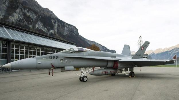 Ein Kampfjet des Typs F/A-18 auf dem Flugplatz Meiringen.