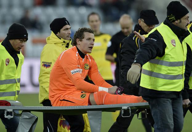 Goalie Marco Wölfli wird verletzt vom Feld getragen.