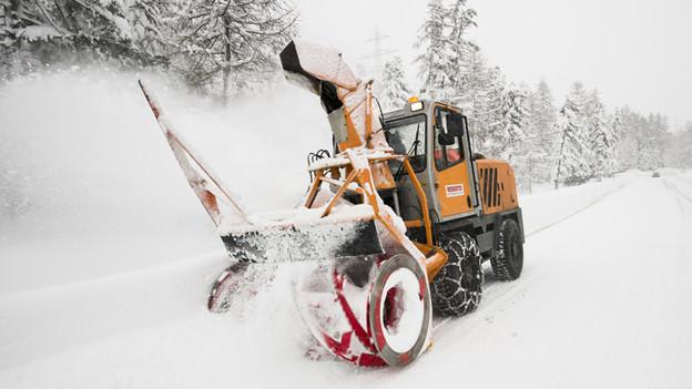 In den Bergen liegt viel Schnee - und der muss auf den Strassen weg.