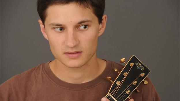 Er singt vom Eskimo oder vom Willhelm Tell. Jan Rekpa aus Prag übersetzt die Lieder von Mani Matter auf Tschechisch.