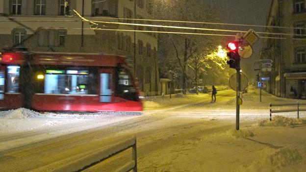 Der Verkehr in der Stadt Bern hat wie hier im Monbijou mit dem Schnee zu kämpfen.