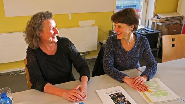 Franziska Teuscher (rechts) und Ursula Heitz stellen die Integrationsmassnahmen vor.