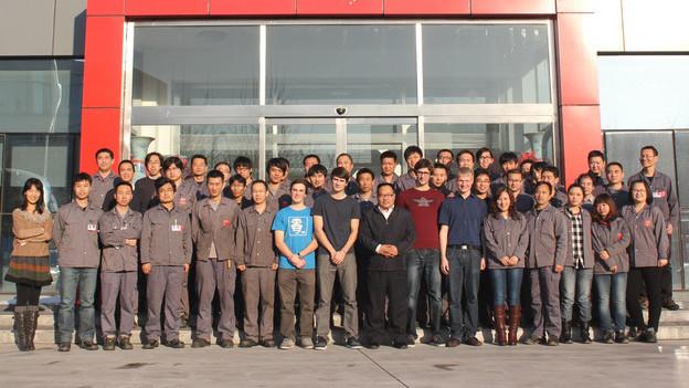 Gruppenbild mit den Arbeitskollegen vor dem Werk in Tianjin/China.