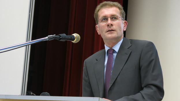 Regierungsrat Christoph Neuhaus erklärte in Thierachern, weshalb die Deponie nötig sei.
