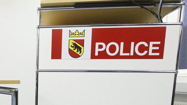 Schriftzug der Berner Kantonspolizei an einem Aktenpult.