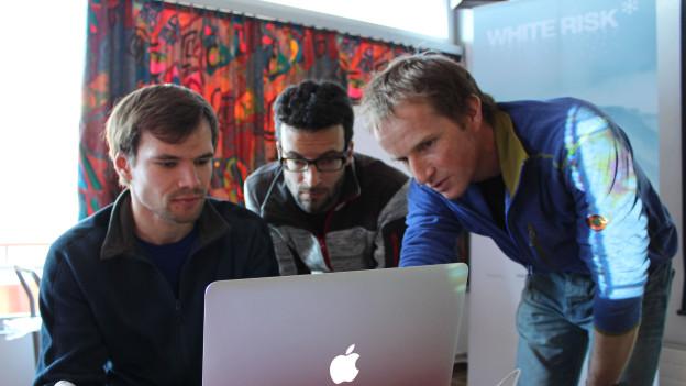 Ein Bergführer instruiert Tourenfahren über die Whiterisk-Homepage