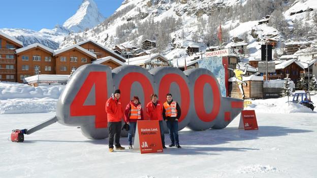 Mitglieder der Unia beim Kampagnenstart in Zermatt.