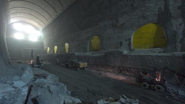 Die riesige Kaverne wurde tief in den Fels hinein gebaut.