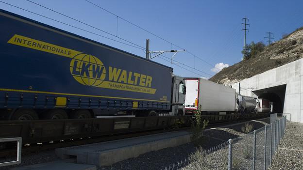 Güterzug fährt in den Lötschbergtunnel ein.