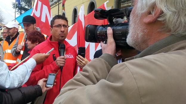Die Gewerkschaft Unia überreichte in Domodossola Unterschriften für den Erhalt der Pendlerzüge.