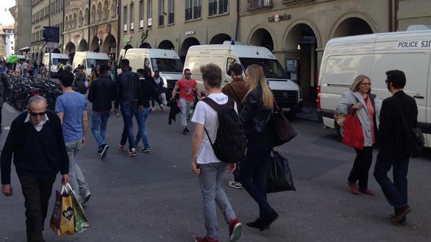 Die Passanten beachteten die Polizeipräsenz kaum.