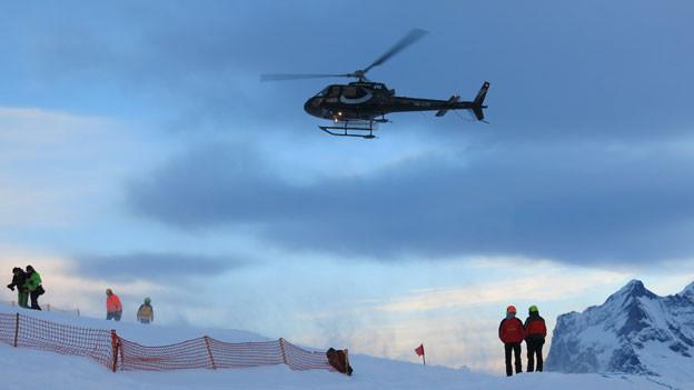 Fast im Minutentakt starten und landen Helikopter mit Gästen auf der Lauberhornschulter