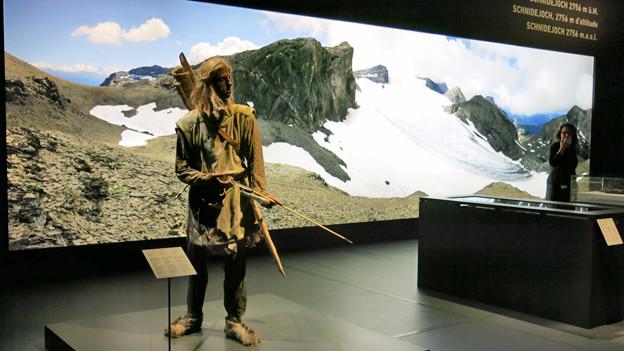 Der Jäger «Schnidi» vor dem Bild des Schnidejochs.