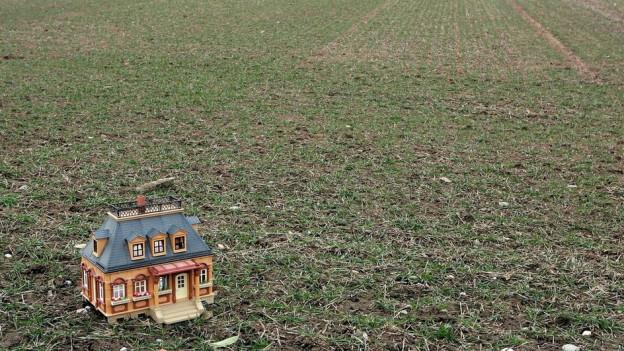 Ein Haus auf einem Feld.