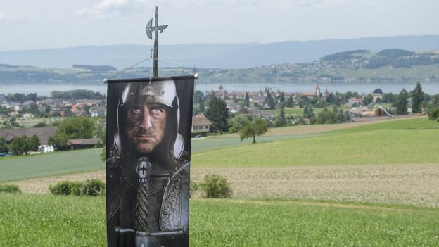 Das historische Gelände, mit Blick auf die Stadt Murten und den See.