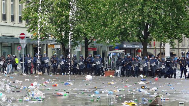Die Fans hinterliessen Dreck und kaputte Schaufenster, die Polizei leistete einen Grosseinsatz.