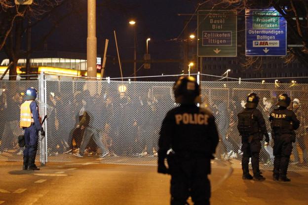 Der Sicherheitszaun vor dem Stadion.