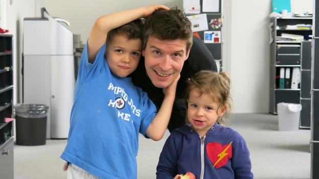 Der Familienmensch: David Aebischer mit Sohn Noam und Tochter Ella.