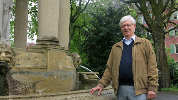 Pose vor dem Expo-Relikt: Alt-Staatsarchivar Peter Martig steht vor dem Brunnen im Berner Florapark