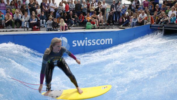 Snowboard-Olympiasiegerin Tanja Frieden surft auf der Giga-Welle an der BEA.
