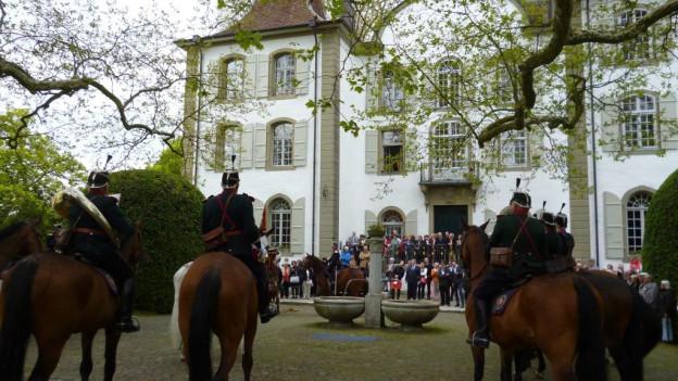 Eine Szene wie vor 60 Jahren: Die Kavallerie-Bereitermusik spielt vor dem Schloss Jegenstorf auf.