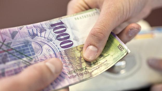 Geld wechselt die Hände.