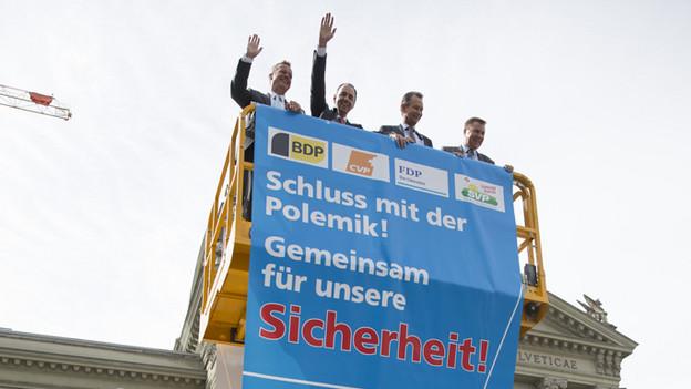 Der unbewilligte Höhenflug von Martin Landolt, Christophe Darbellay, Philipp Müller und Toni Brunner (v.l.).