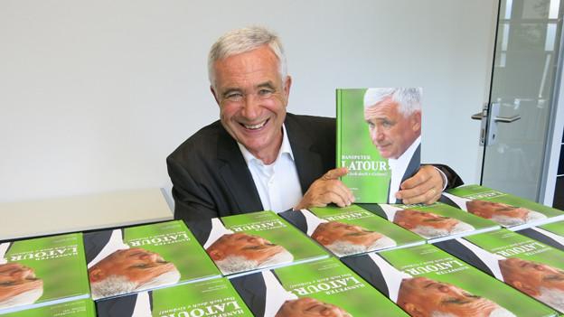 Hanspeter Latour mit dem Buch über sein Leben, «Das isch doch e Gränni!»
