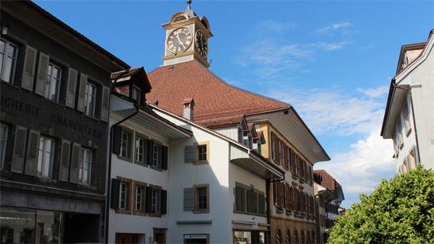 Ein Haus von aussen mit Uhrenturm.
