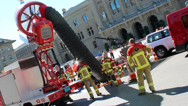 Die Feuerwehr fährt grosses Geschütz auf.