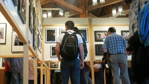 Mitglieder von Fotoclubs beurteilen Arbeiten aus anderen Clubs.