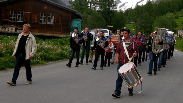 Die Dorfmusik von Blatten übt das Marschieren.