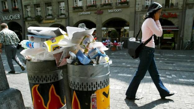 Take-away-Betriebe in der Stadt Bern sollen für den Abfall im öffentlichen Raum mitbezahlen.