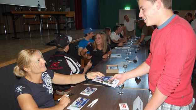 Junge Sportler im Kontakt mit ihren Fans.
